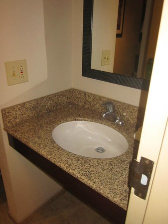 Hampton Inn Scranton at Montage Mountain: There is an extra sink outside the bathroom
