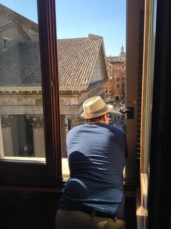 Albergo del Senato: Leaning out and watching Rome go by