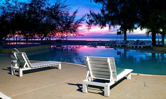 Eurasia Cha-am Lagoon : สระว่ายน้ำตอนเช้าช่วงพระอาทิตย์ขึ้น