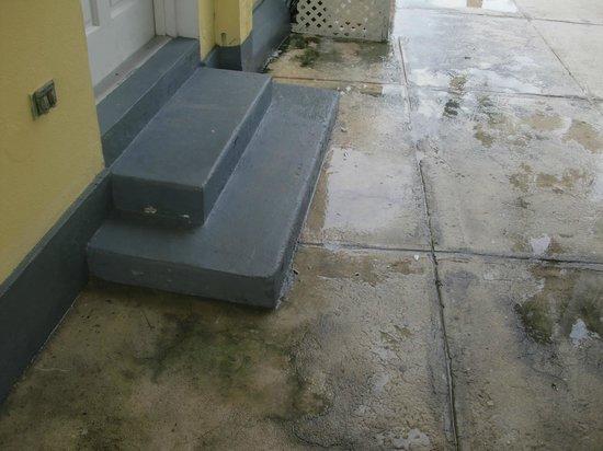 Sandyport Beach Resort: Poor water drainage