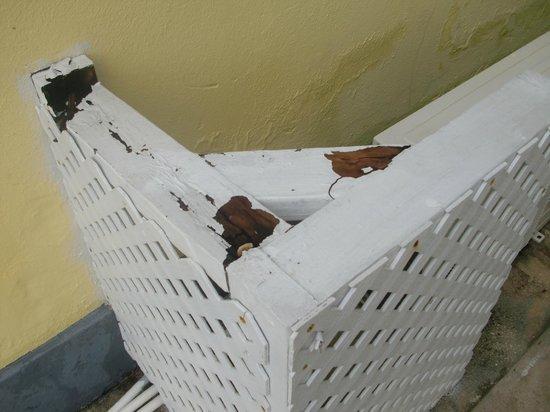 Sandyport Beach Resort: rotting wooden gratework around air conditioner unit