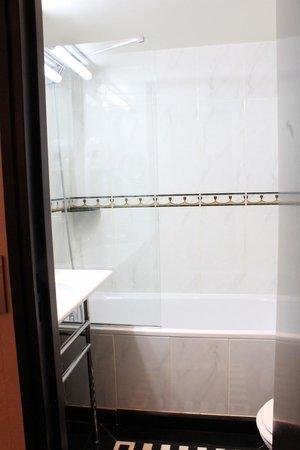 Hotel Les Jardins du Marais: Bathroom