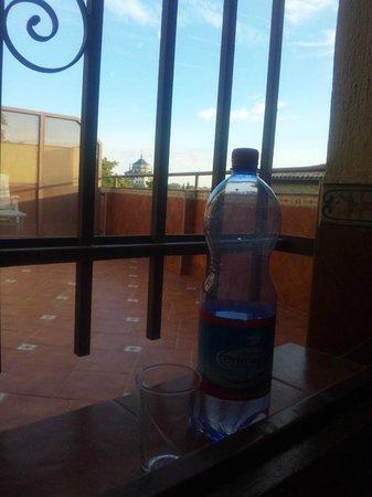 Hotel Sol: テラスへ格子が付いています。夜は涼しく、飲料を冷やしました