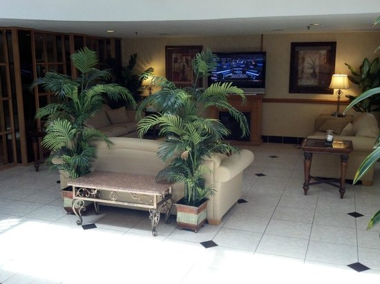 BEST WESTERN Hospitality Hotel & Suites: Lounge area off lobby