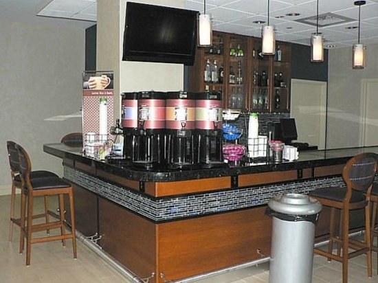 Hampton Inn Ft. Lauderdale /Downtown Las Olas Area, FL.: Coffee station (bar at night)
