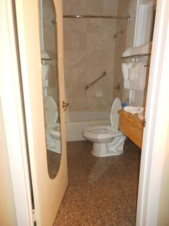 Stargazer Inn and Suites: 2nd Room Bathroom