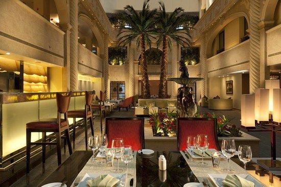 Sonesta Hotel, Tower & Casino Cairo: Patio Dinner Palm