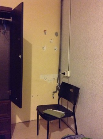 KK Budget Hotel: Damaged wall