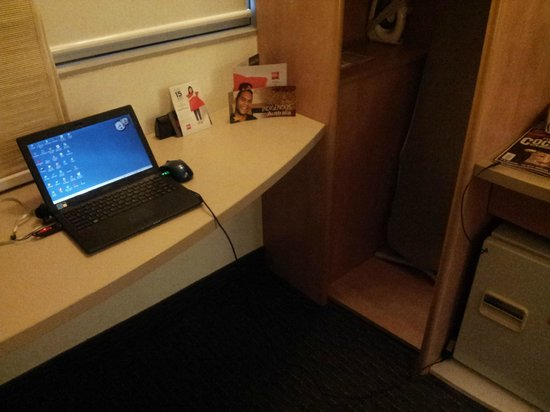 Ibis Sydney Darling Harbour: AC power outlet inconveniently located away from the desk