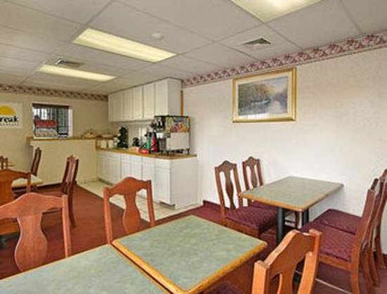 Econo Lodge Cranston: Breakfast Area