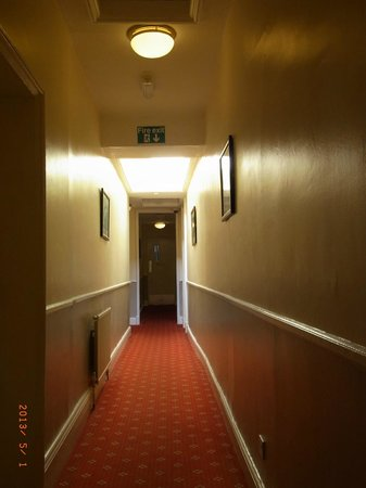 The Rising Sun Hotel: Alley between rooms