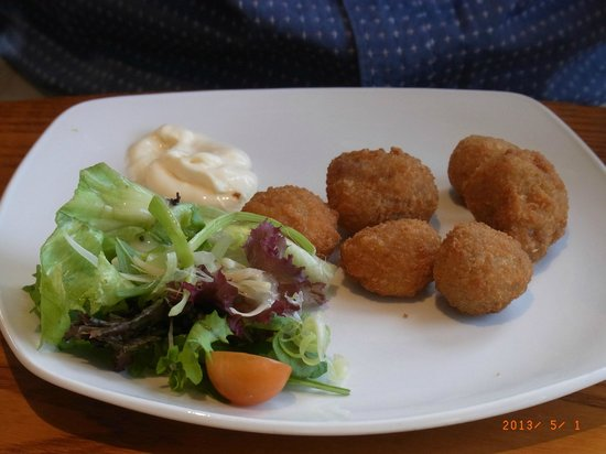 The Rising Sun Hotel: mushroom fried ball .............. very good although dependent on who the chef is