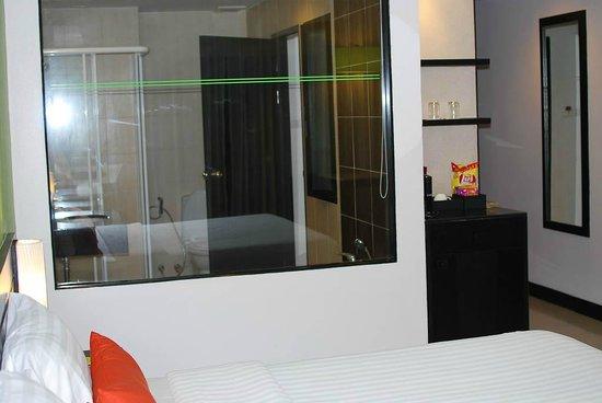 Deevana Plaza Phuket Patong: Bedside overlooking bathroom
