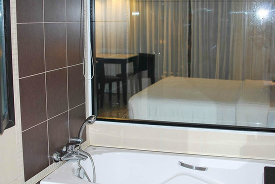 Deevana Plaza Phuket Patong: You can watch tv while having a bath