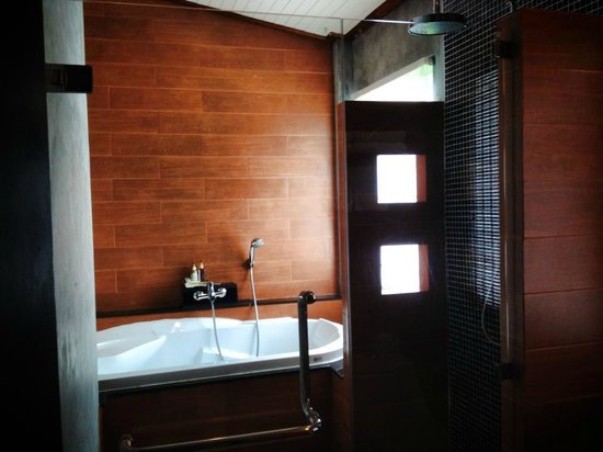 Aonang Phu Petra Resort, Krabi: Poolside suite bathroom