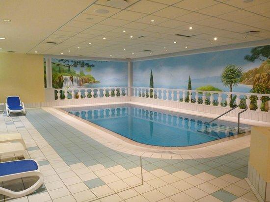 zum Spabereich gehören Sauna und Indoor-Pool - Bild von ...