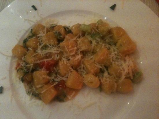 Pizzeria Al Bivio: bis di gnocchi fatti in casa,al pomodoro e alla crema di asparagi