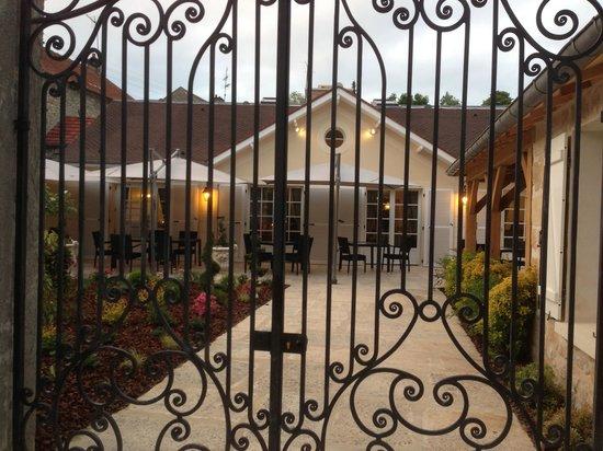 Restaurant La Renardiere : le portail le jardin la terrasse