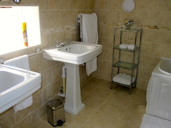 Little Roseveth Bed and Breakfast: Bathroom - separate shower and bath