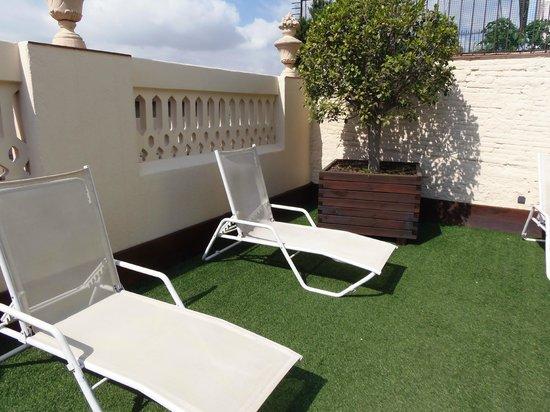 Hotel Ciutat Vella : lettini dell'area solarium in terrazza