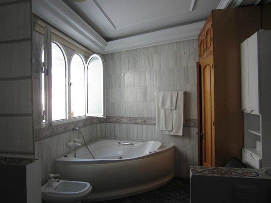 Ana Hostel: bathroom