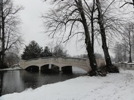 Donnington Grove Hotel and Country Club: Bridge leading to Donnington Grove Hotel