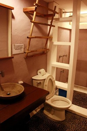 Lazy Dog Bed & Breakfast: The attached bathroom, should install a shower screen that separated the wet & dry area