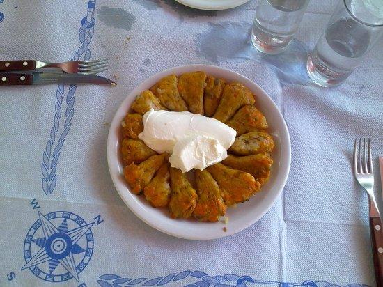 آريس هوتل: fiori di zucca ripieni di riso ed erbette con formaggio spalmabile (variante dei doulmadakia)