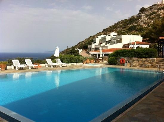 Adrakos Apartments: Het zwembad van Adrakos appartments met daarachter de appartementen.