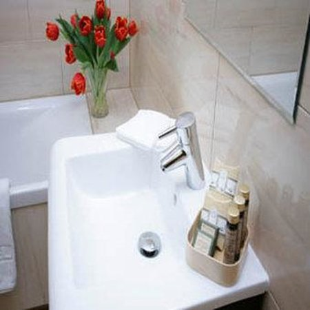 Hotel Columbus: Guest Bathroom