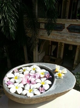 Suma Hotel Lovina Beach: flower arrangement that greeted us at our door