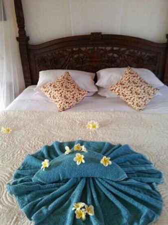 Suma Hotel Lovina Beach: flowers on bed