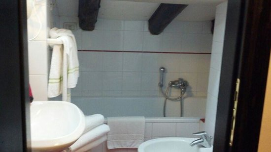 Trieste Hotel: bathroom with a 3 foot ceiling