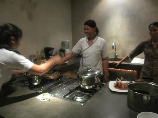 Villa Baraka: chef cooking our dinner! :)