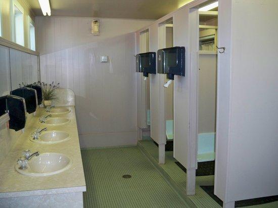 El Reno West KOA : Older bathroom in main building