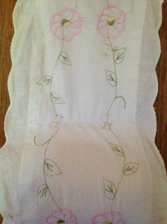 Le Clos Saint Jean: tissus qui souleve le rouleau de papier de toilette avec taches de caca
