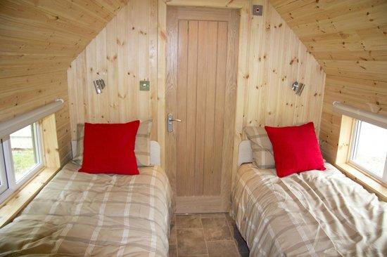 Huggate, UK: Beds/bedroom with door to bathroom