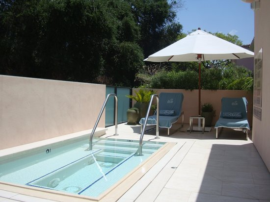 Hotel Bel-Air: Suite private jacuzzi and lounge chairs