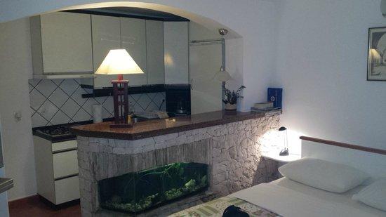 M & J Central Suites: kitchen