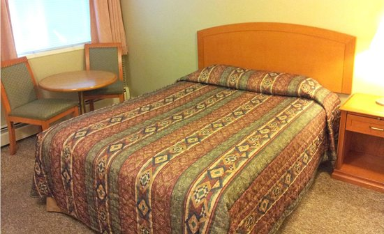 Harrison Spa Motel: Clean Standard 1 Queen room with a nice seating area for two