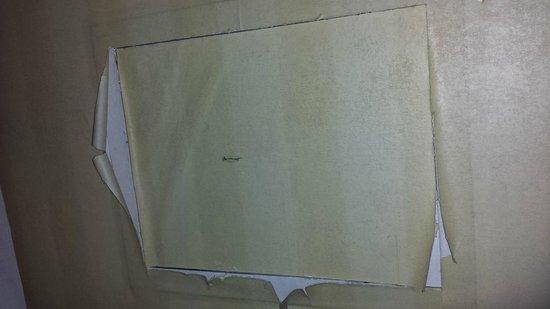 ATAHOTEL Contessa Jolanda: wallpaper pealing