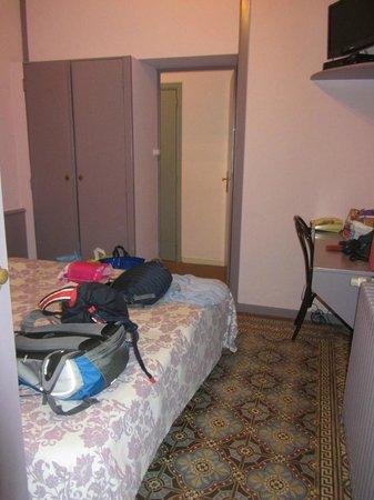 Hotel Sabina: крошечное расстояние вокруг кровати