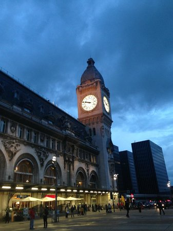 Mercure Paris Gare de Lyon TGV: Hotel is right next to station (next to the tower)