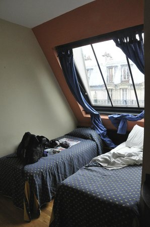 Hotel de Paris Maubeuge : part of the room with a very huge strange window