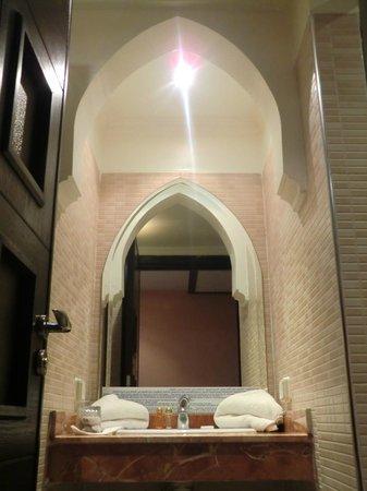 Hotel Almas : Sfeervolle badkamer met grote doucheruimte