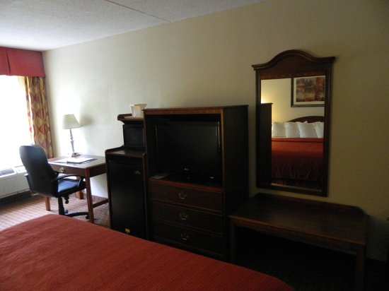 Quality Inn & Suites: desk and tv