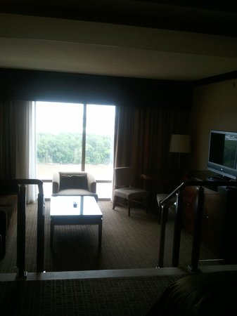 Ameristar Casino Resort Spa St. Charles: View of the sunken seating area from the bed area