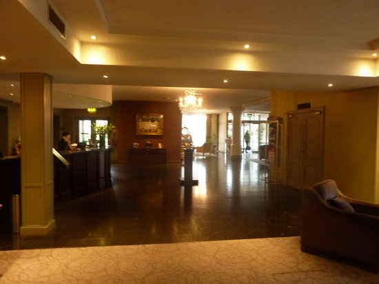 Newpark Hotel: Front desk & entry