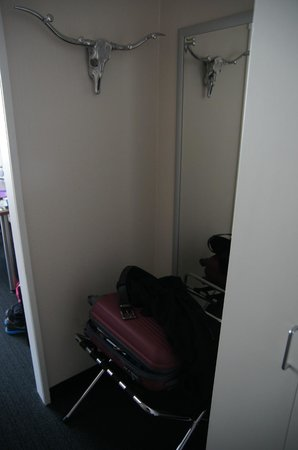 Lindenhof Hotel: Place for suitcase, nice hanging rack and the wardrobe is to the right