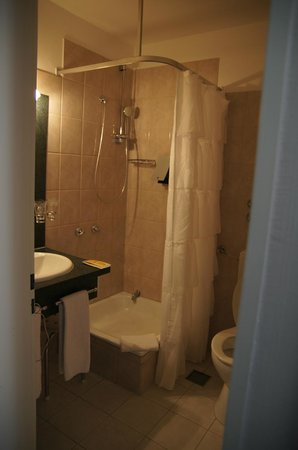 Lindenhof Hotel: Shower, the curtain is strange